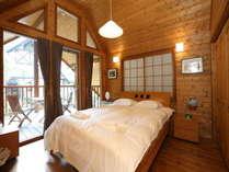 2ベッドルーム棟のベッドルーム1(クィーンサイズベッド1つ)