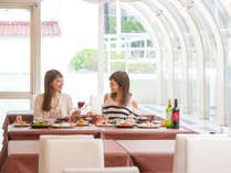 優しい光が差し込むプールサイドに位置するレストランは開放感たっぷり♪