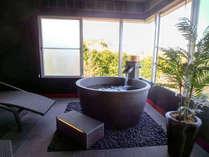 【離れ】客室半露天風呂<窓を開ければ爽快な風が...>