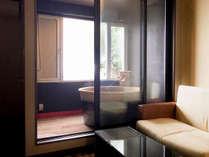 【ツインデラックス】半露天風呂付客室 ペット専用ケージもあります。