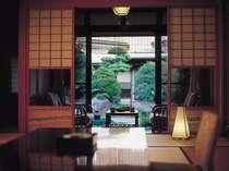 部屋の外には四季折々の草花の香、小川を配した日本庭園に直接お出かけ頂ける内風呂付き客室です。