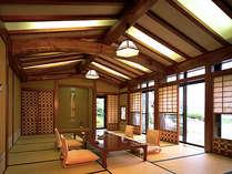 民芸調の設えと丹念に磨かれた柱と梁が格調の高さを際立たせる貸切岩露天風呂付き特別室。