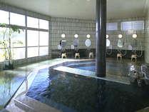 御影石仕立ての浴場、浦島の湯。温泉は「松江しんじ湖温泉」。無色透明で肌なじみのよい硫酸塩泉。