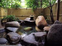 貸切岩露天風呂付き特別室の専用露天風呂。気の向くままにお湯あみをお楽しみ頂けます。