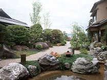 木々の緑、季節の花々に囲まれ、心癒される日本庭園。