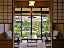 日本庭園の緑に心癒されて。部屋からお庭へ出られる内風呂付き客室。