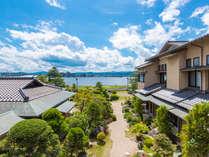 松平閣は宍道湖の湖畔に立つ宿です。窓からは、その雄大な景色を望むことができます