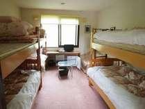 本館 家族-グル-プ2段ベット3台のお部屋です。冷蔵庫やテレビ・浴衣やタオルをセット
