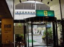ホテルロビーからの写真(新幹線ホームまですぐ)