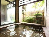 【男性大浴場】半露天風呂。窓は開閉可