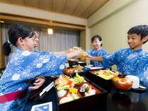 家族で温泉旅館を満喫!夕食をお部屋でのんびりお楽しみいただけます。