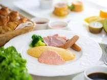 【朝食和洋ビュッフェ】洋食の一例 できたてのオムレツをご用意しております