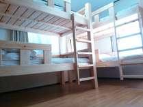 1~4名部屋。二段ベッドは家具職人が地元の桧で作製。各べッドにコンセントと枕灯完備。