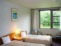 森の緑に囲まれた洋室ツインルーム