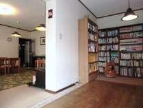 ホールの本棚。マンガ、小説、絵本、写真集をはじめ、山岳探検書など様々なジャンルの本があります。