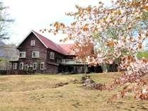 外観 山桜と季節の戸隠小舎