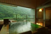 目の前が山。こんなに近く山を見ながらのお風呂もいいですよね。特別室のかけ流し展望ひのき風呂です。