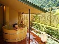 大きな樽風呂の離れ松林亭の露天風呂。目の前には山々が迫ります。