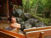 100%ひのきの樽風呂。絶え間なく注ぐ温泉の露天風呂で、春夏秋冬を感じることが可能です。
