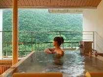 山が目の前に迫る感覚。特別室のかけ流し露天風呂です。