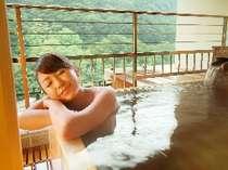 最高グレード客室。かけ流しの露天風呂は眺めが最高です。
