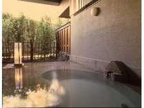 45分間ひとり占め「露天風呂付家族の湯」の露天風呂。大きい湯舟がなんと二つですよ