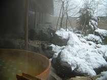 100%ひのきの樽風呂。露天風呂で、春夏秋冬を感じることが可能です。