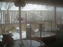 信楽焼、陶器風呂群。露天風呂で、春夏秋冬を感じることが可能です。