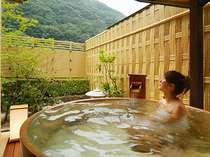 離れの露天ひのき樽風呂。たっぷりとした湯船に浸かってください。見える景色は季節でかわりますね