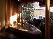 後光の差した早朝の御影石風呂。雪の朝の冷えた体にじ~ンと来るお風呂です