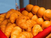 朝食には是非焼きたてパンをご賞味ください!※白米、五穀米も選べます。