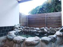 *厳選した数十種類の植物性自然生薬で配合された『薬草湯』露天風呂!