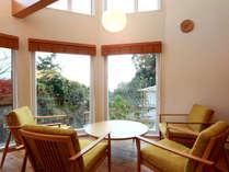 *ラウンジ/大きな窓から日を浴び健康的な1日をお過ごし下さい