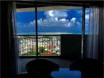 広やかなお部屋。テラスから望む東海岸と市街の景観をお楽しみください。