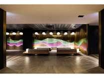 【ホテルロビー】壁面の照明は季節によって色が変わり四季を演出します♪