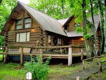 【外観】カナダ産の木材を使用した本格カナディアンログハウス。広々とした空間でお寛ぎいただけます。
