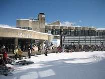 白馬五竜スキー場へは徒歩で約7分。分かり易い1本道です。