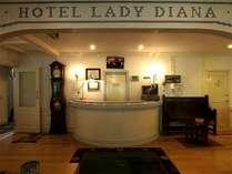 入口を入ると英国調の家具など雰囲気のあるスペースが広がります。