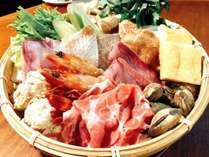 【主菜】地元でとれる海の幸と山の幸をふんだんに盛り込んだ地魚獲り鍋(かつお出汁仕立て)
