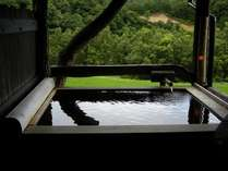 【客室風呂】客室「新苗代」の檜風呂。大自然を見渡すひととき【7月の景色】