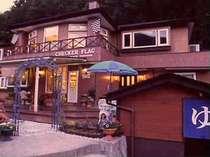 夜叉神峠入り口高台に建ち、四季折々の渓谷美が一望できる。