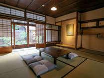 【本館】<近江の間>。伝統的な京間でお部屋の両サイドにお庭がついた広々14畳のお部屋です。