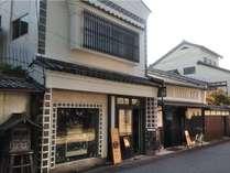 建物外観(本館)フロント入口の左右には可愛い雑貨店や、帆布バッグ店も入居しています