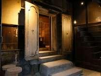 【別邸KOLMIO】<蔵の間>明治時代の蔵の扉がそのまま部屋の入口です。