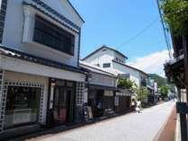 建物(本館)は仲屋町(すわいちょう)通りに面し、入口の左右には可愛いお店が入居しています。