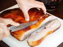 朝食「自家製ベーコン」香川県のブランド豚「オリーブ夢豚」を鉄板カウンターにて焼き上げます。