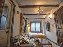 1Fのフロアーに備わる約8畳のこじんまりとした洋室ダブルルーム(スペイン)