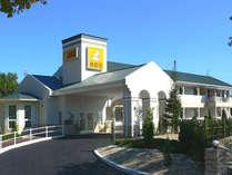 山陽自動車道・宮島SA(上り線側)内にあり、高速を下りずにお泊りいただけます。