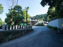 *大山の豊かな自然に恵まれた当館。移ろいゆく四季をお料理や設えで感じる休日をお過ごし下さい。