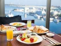 東シナ海を眺めるシート(プレミアムフロア特典)きらきらと輝く海、天気の良い日は慶良間諸島が望めます